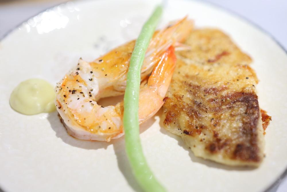 賞鐵板料理の焼海老と白身魚のムニエル